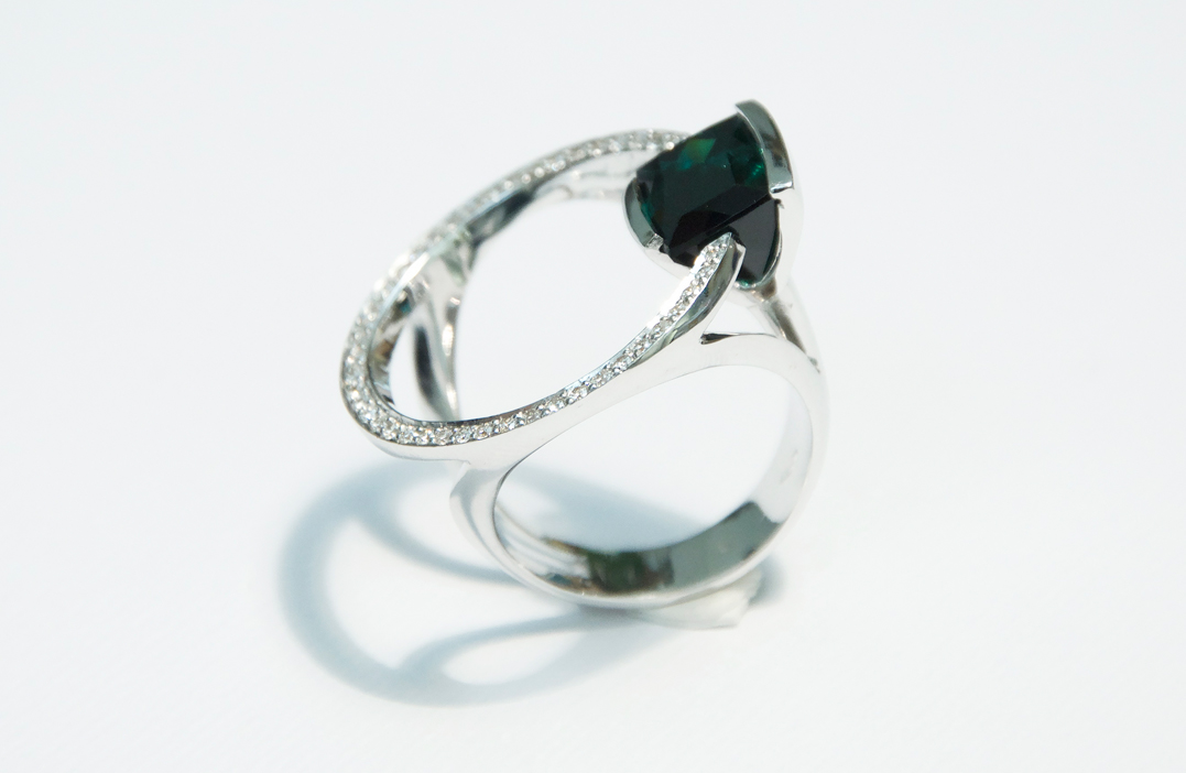 anello-in-oro-bianco-tormalina-verde-e-diamanti