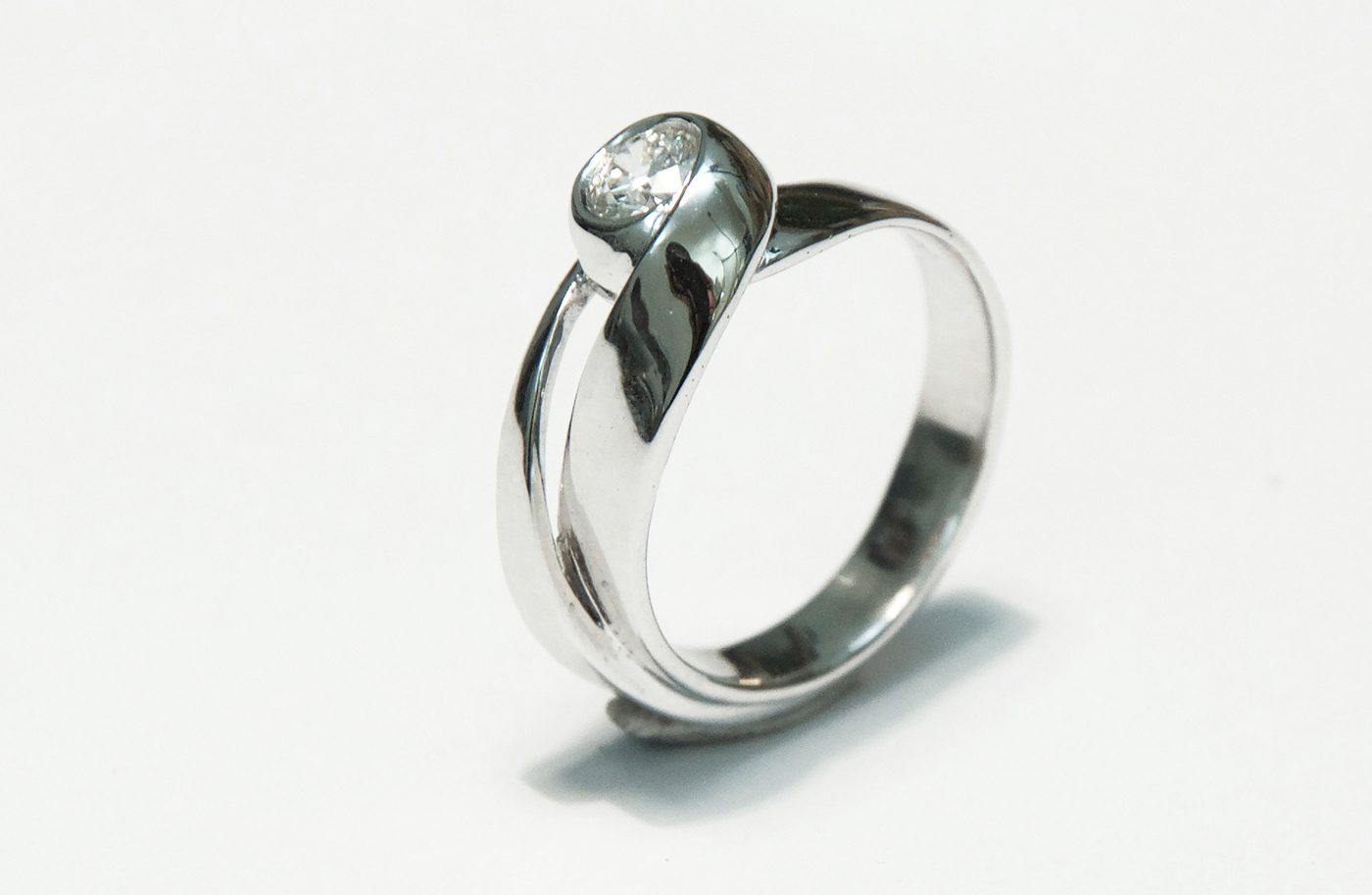 anello in oro bianco con -daniele-pifferi-gioielli-bologna