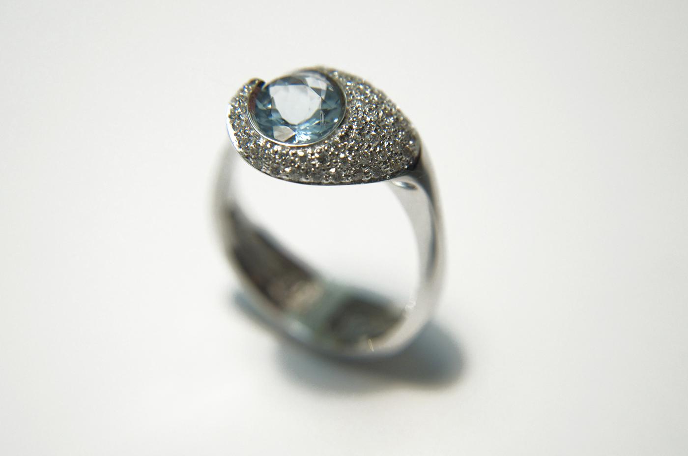Anello in oro bianco con acqua marina e pavè di diamanti pifferi-gioielli-bologna