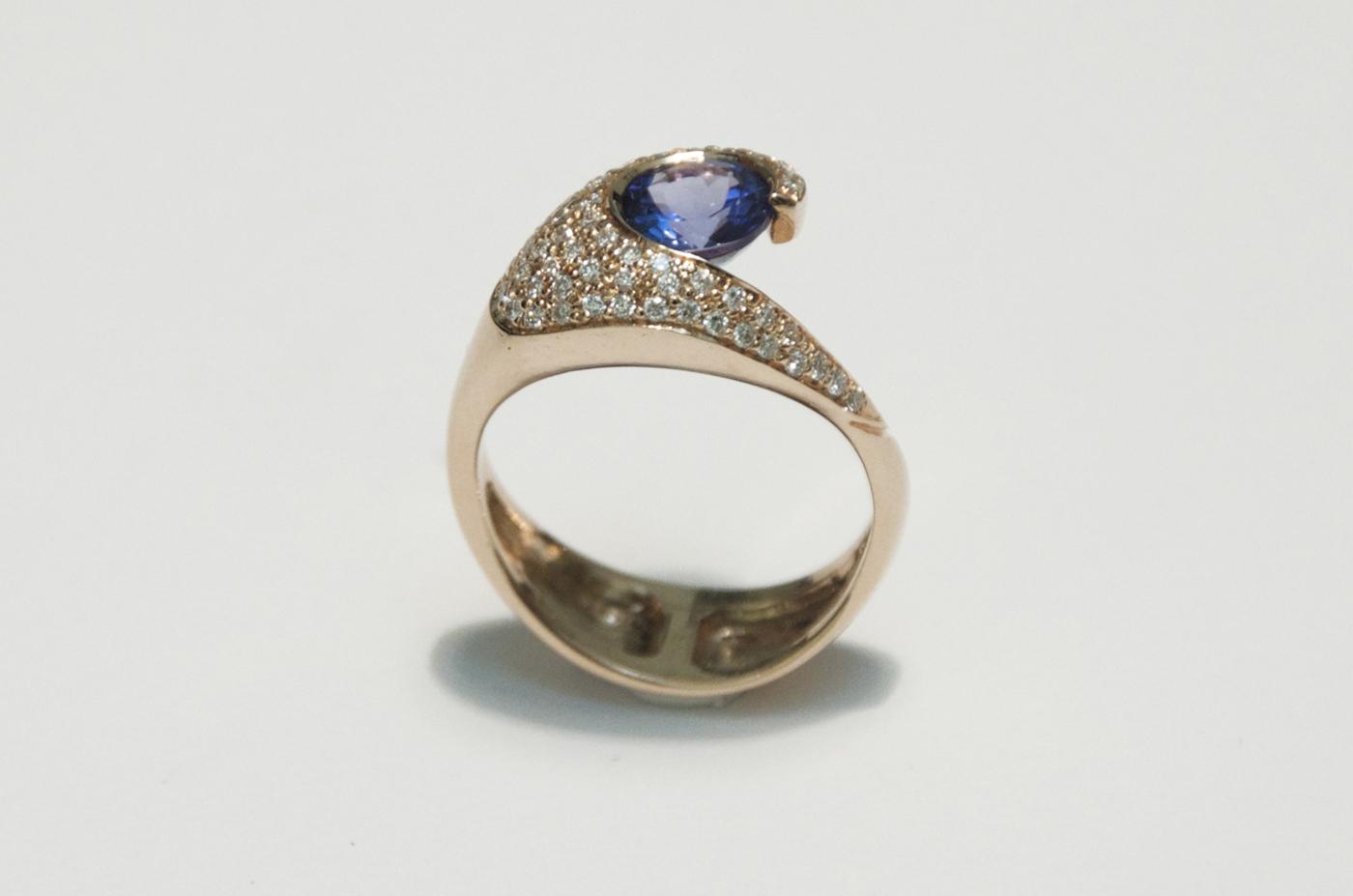 anello-in-oro-rosa-con-tanzanite-e-pave-di-diamanti-taglio-brillanti-daniele-pifferi-gioielli-bologna
