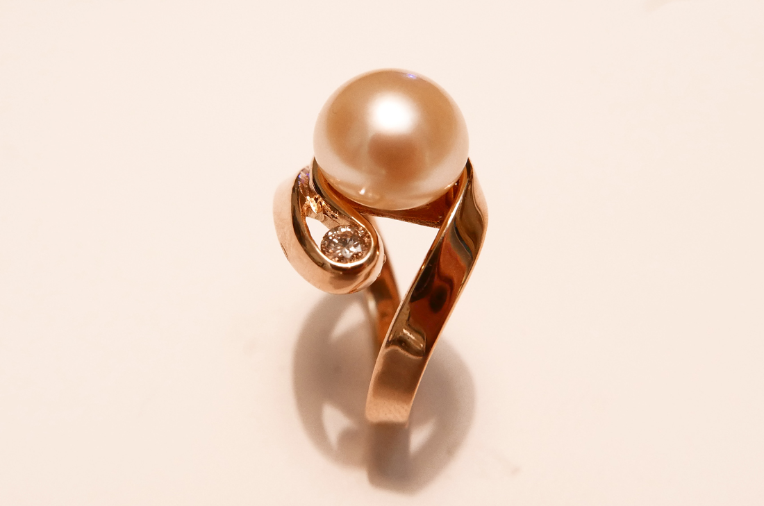 anello-in-oro-rosso-con-perla-e-diamante daniele-pifferi-gioielli-bologna