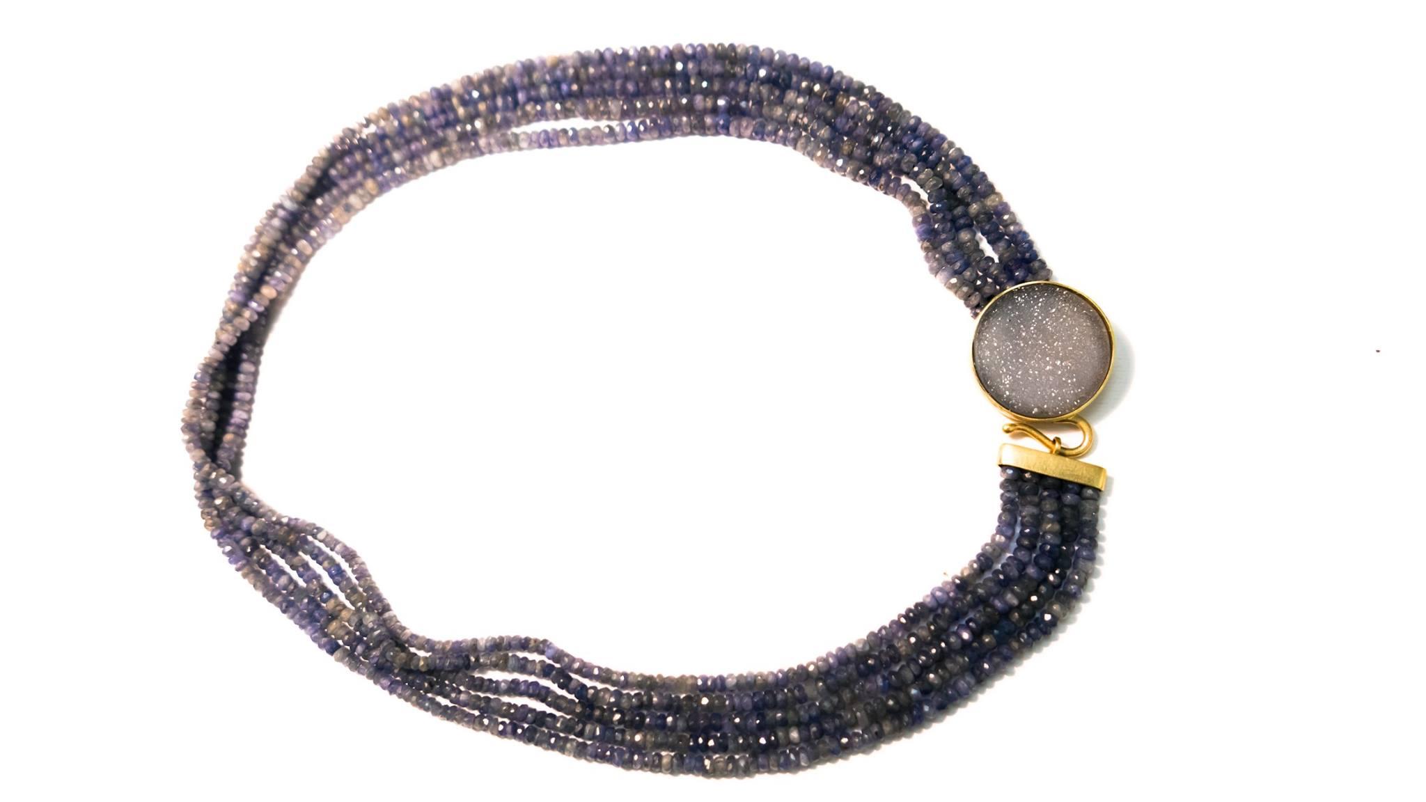 Collana di zaffiri grigio-blu, con chiusura in oro giallo sabbiato e agata grigia microcristallina