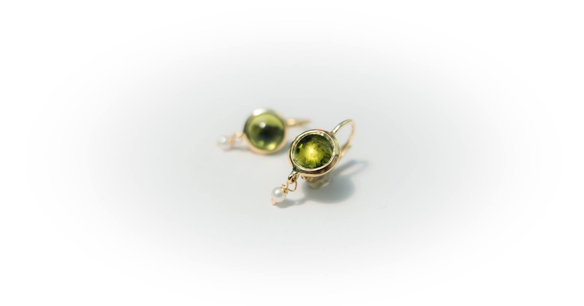 Orecchini oro giallo 18kt, peridoto cabochon e perla bianca - Chiara Parra presso Daniele Pifferi Gioielli Bologna
