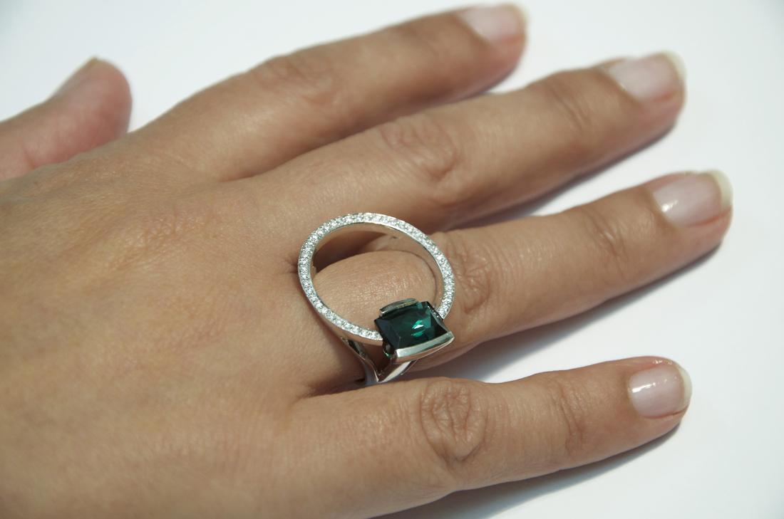 anello-in-oro-bianco-tormalina-verde-e-diamanti daniele-pifferi-gioielli-bologna