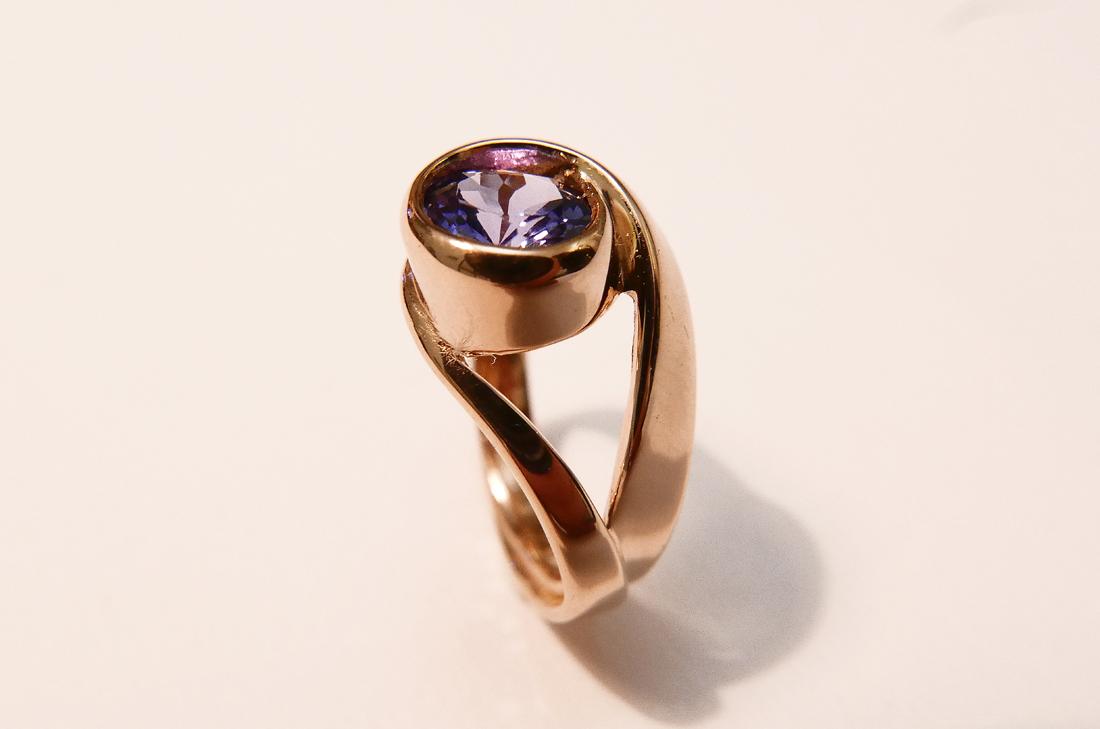 anello-in-oro-rosa-con-tanzanite presso daniele-pifferi-gioielli-bologna