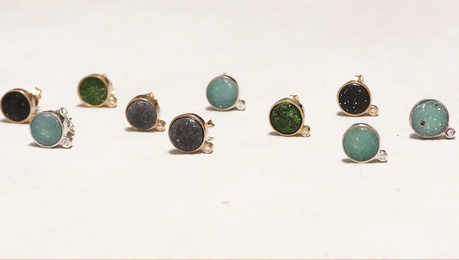 orecchini-con-pietre-microcristalline-e-diamanti