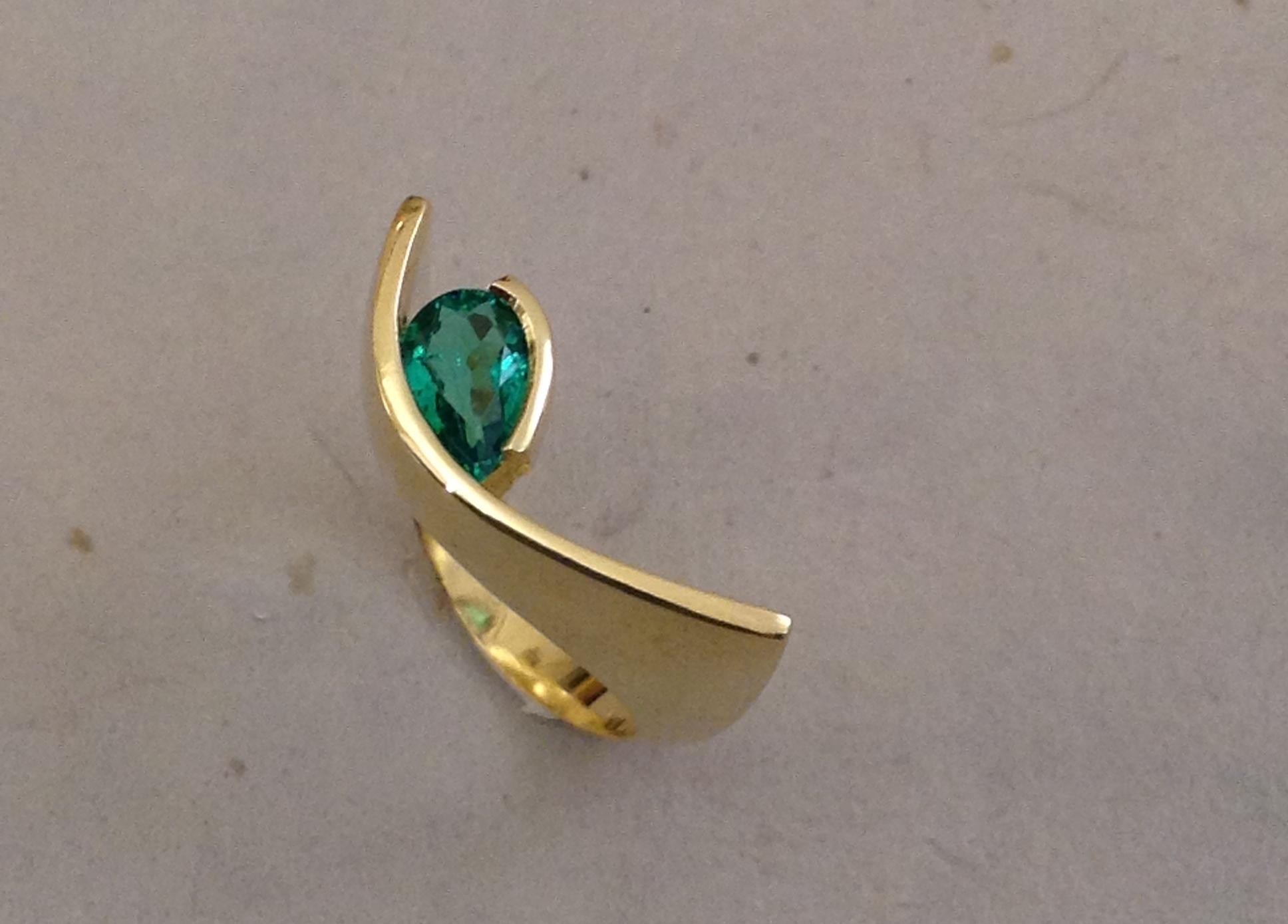 Ciondolo e anello in oro giallo e smeraldi taglio a goccia daniele pifferi gioielli bologna