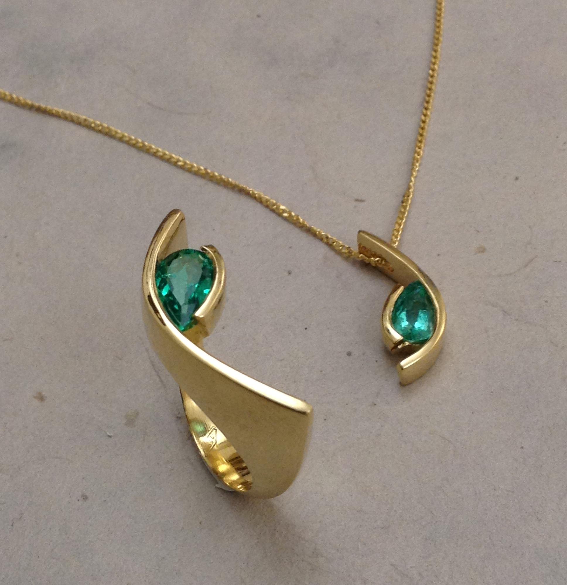 Ciondolo e anello in oro giallo e smeraldi taglio a goccia