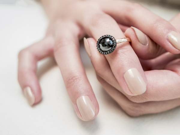 Anello in oro rosa con diamante naturale nero con taglio a rosetta e contorno di diamanti neri