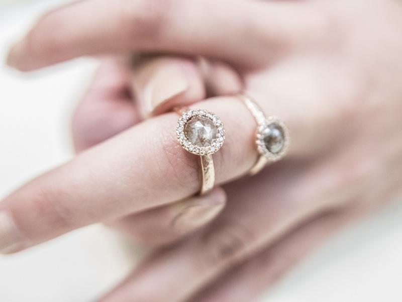 Anello in oro rosa con contorno di diamanti brown e diamanti naturali (marrone e grigio) tagliati a rosetta creato da Pifferi gioielli bologna centro - P1160919