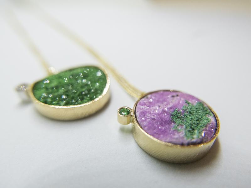 Ciondoli in oro giallo con uvarovite microcristallina e diamante – cobaltocalcite con inclusione di uvarovite e smerando