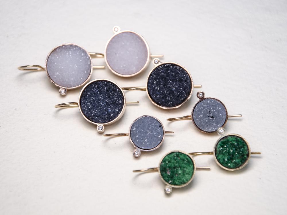Orecchini in oro con uvarovite/ e agate microcristalline e diamanti - Pifferi gioielli contemporanei bologna
