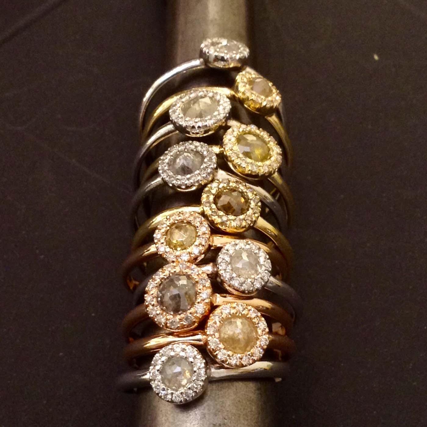 Anelli con rosette di diamanti e contorno di diamanti taglio a brillante