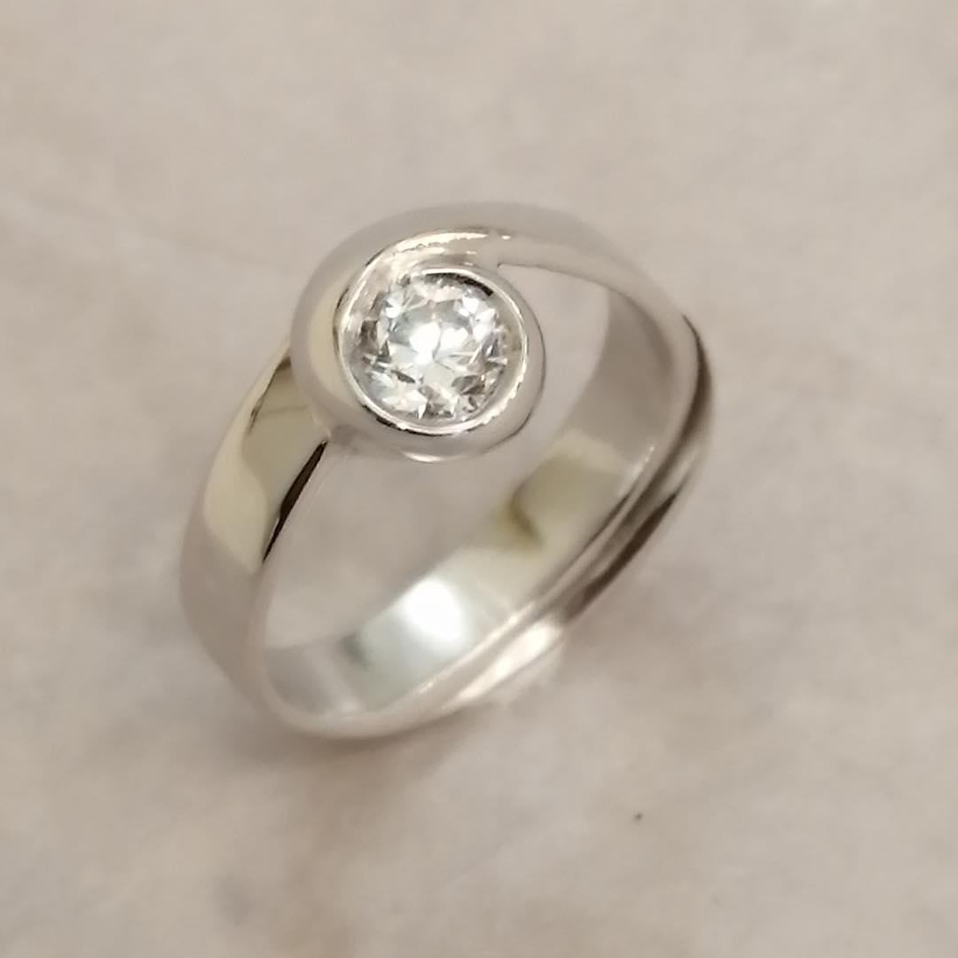 Anello in oro bianco e diamante taglio brillante