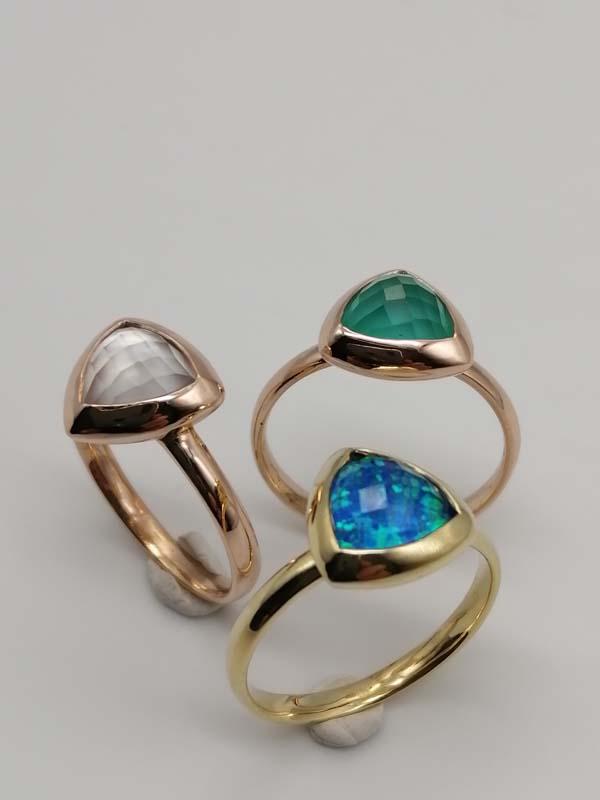 Anelli con pietre con pietre composite con opale nobile blu, calcedonio verde e madreperla in oro giallo e rosa 18kt