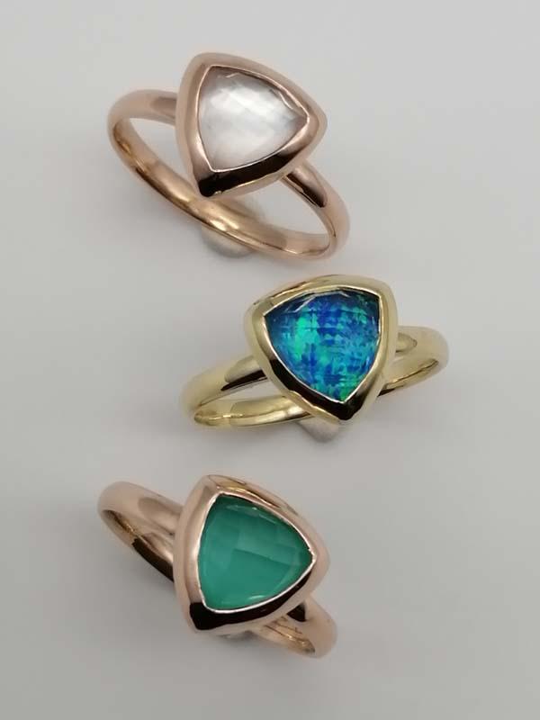 Anelli con pietre con pietre composite con opale nobile blu, calcedonio verde e madreperla in oro giallo e rosa 18ktdaniele pifferi gioielli