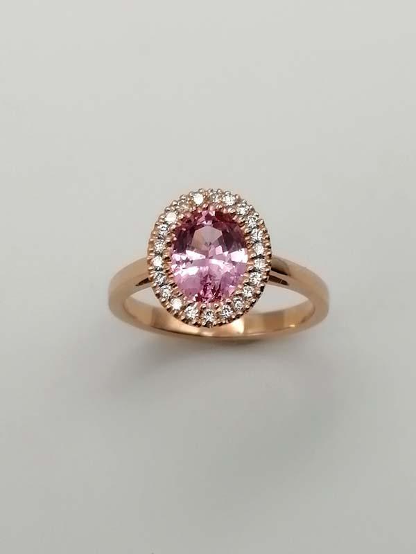 Anello con spinello rosa in oro rosa con Contorno di diamanti