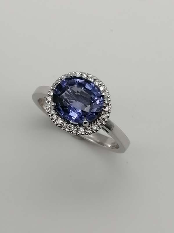 Anello in oro bianco 18kt con spinello blu-viola con contorno di diamanti