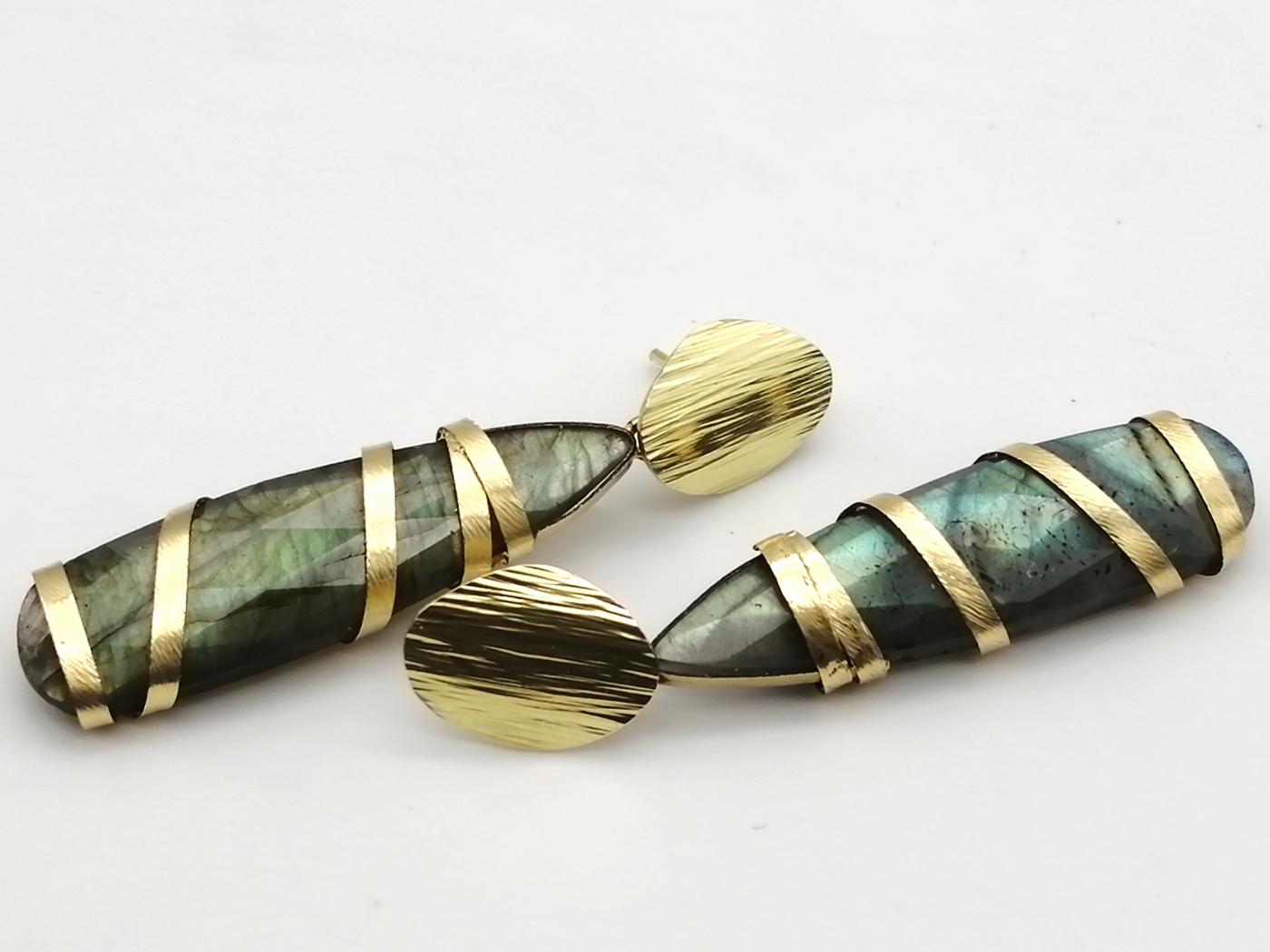 Orecchini in oro giallo 18kt realizzati a sbalzo e cesello e a lima grossa con labradorite